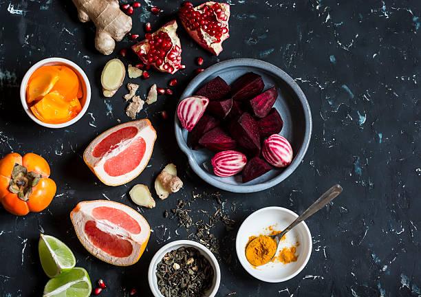 ingredients for cooking beet and ginger detox elixir. - ローフード ストックフォトと画像