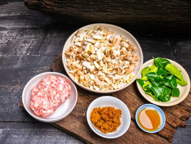 Zutaten zum Kochen gebratenem Schweinefleisch curry und geschnittenen gekochten jungen Jackfrüchte. – Foto
