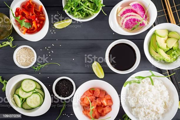 ハワイのサケ魚突く丼ご飯アボカドパプリカキュウリ大根ゴマライムを料理の食材鉢の石仏ダイエット食品トップ ビュー - おやつのストックフォトや画像を多数ご用意