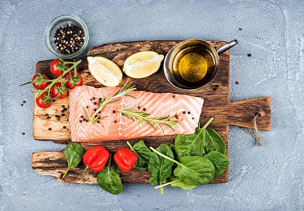 ingredientes de la cocina saludable de la cena. materias primas filete de salmón, espinacas, tomates - omega 3 fotografías e imágenes de stock
