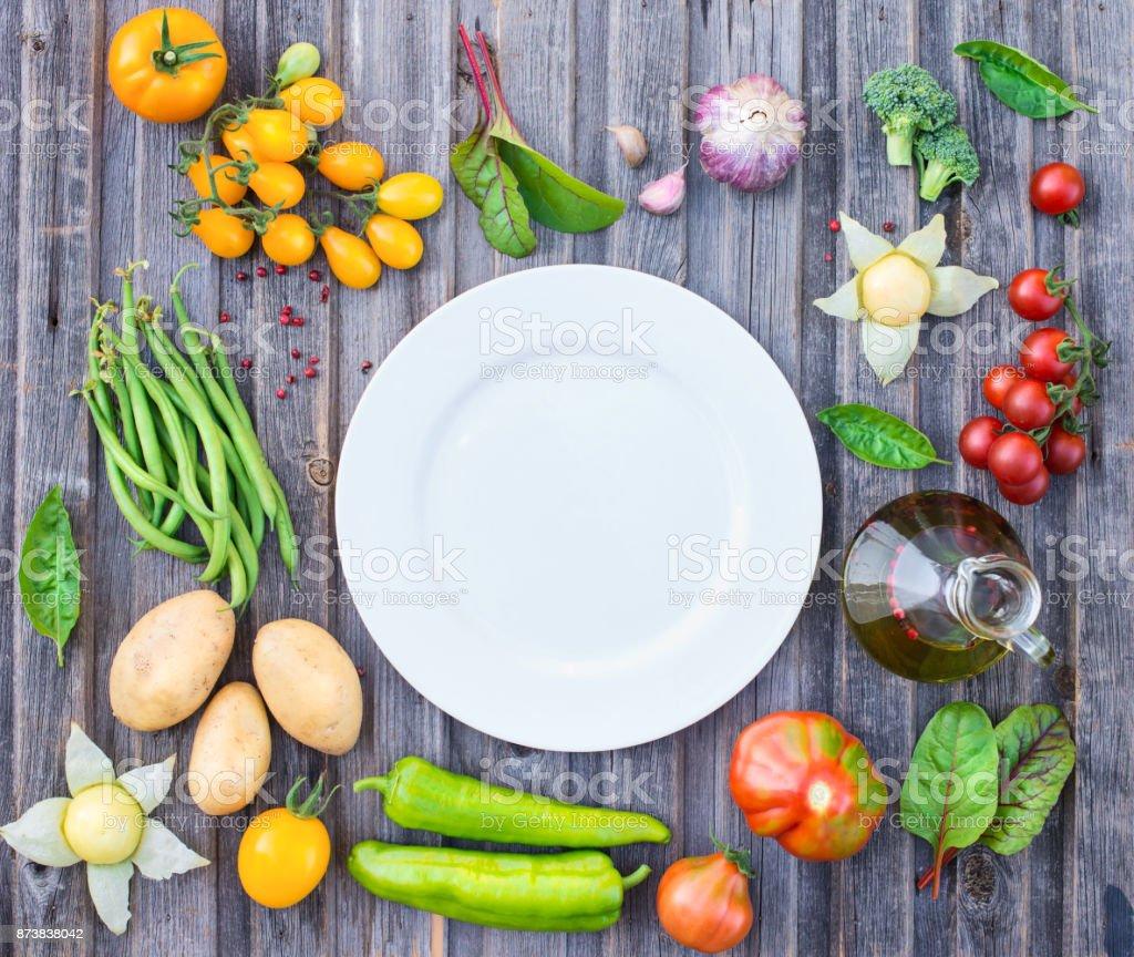 ingrédients pour la cuisson sur la table en bois rustique autour