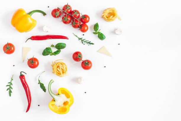 zutaten für das kochen von teigwaren. italienisches essen. flach legen, top aussicht - italienische lebensart stock-fotos und bilder
