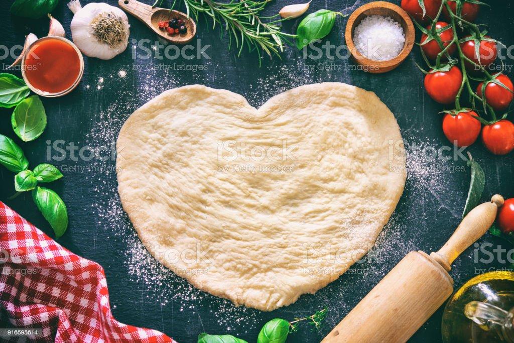Zutaten für das Kochen, Pizza oder Pasta mit Teig in Herzform – Foto