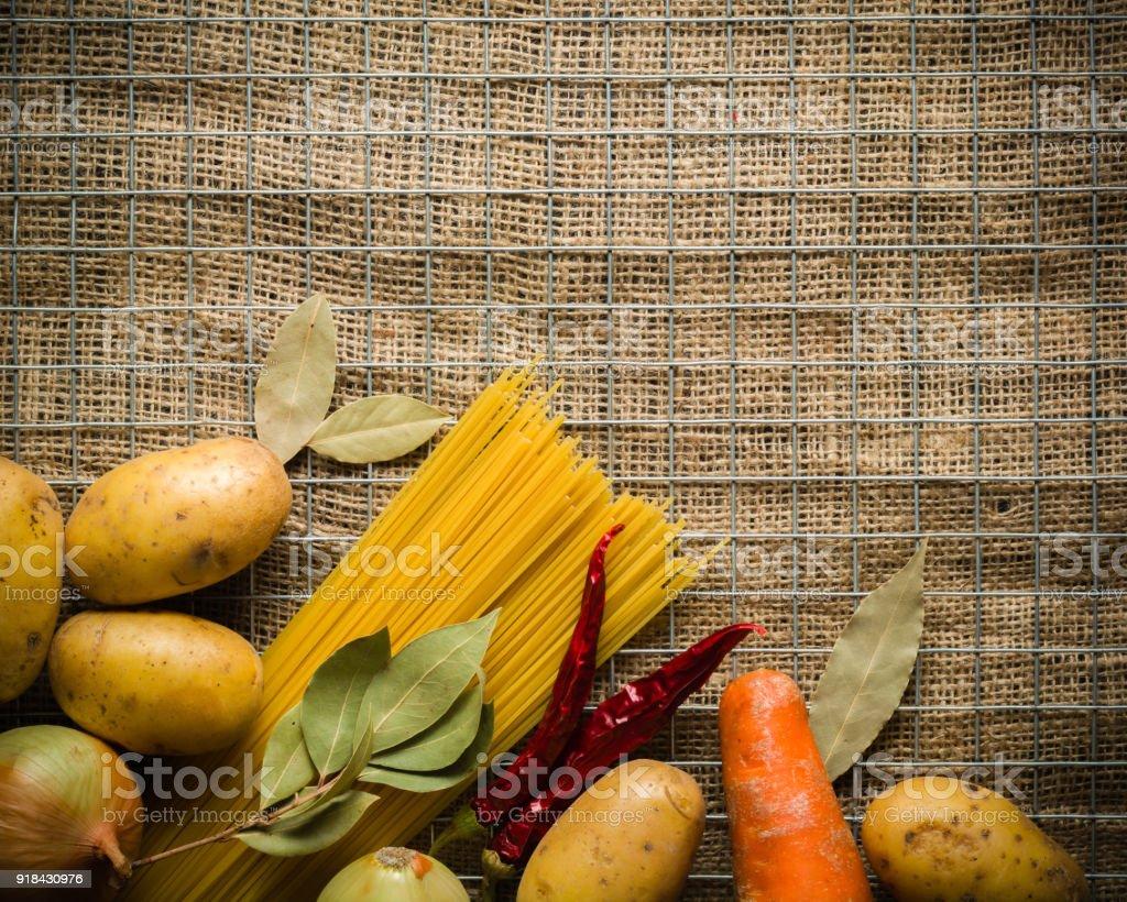Ingredientes Para Cocinar Patatas Sal Pimienta Cebolla Y Ajo En Una ...