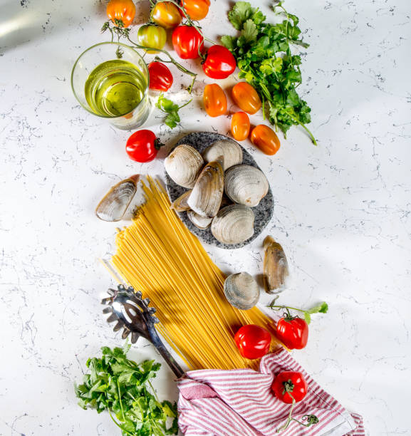 ingredienser för matlagning spaghetti med skaldjur. snäckor musselsa, musslor, vongole, tomater och vitt vin. - pasta vongole bildbanksfoton och bilder