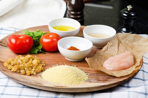 zutaten zum kochen gefüllte tomaten - griechischer couscous salat stock-fotos und bilder