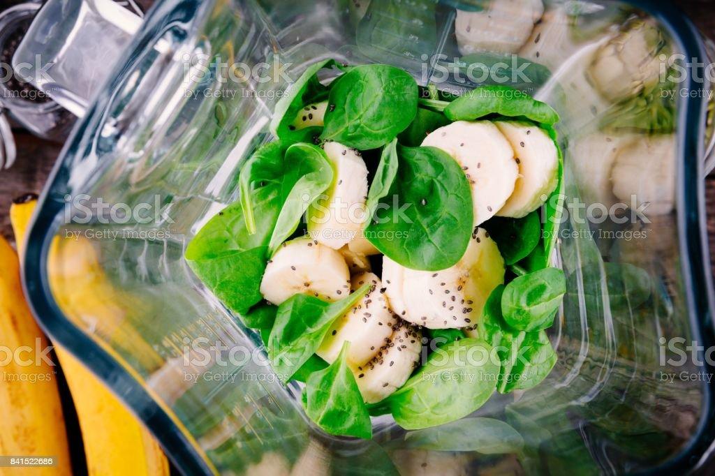 ingredientes para green smoothies de desintoxicação: espinafre, banana, sementes de chia - foto de acervo