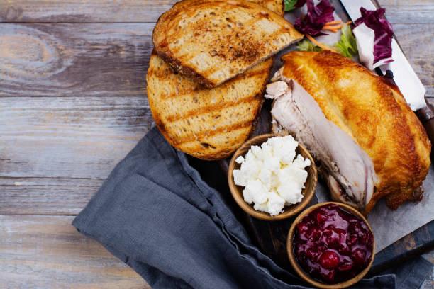 ingredientes para sándwich de sobrantes de pavo caseras con salsa de arándanos - thanksgiving leftovers fotografías e imágenes de stock