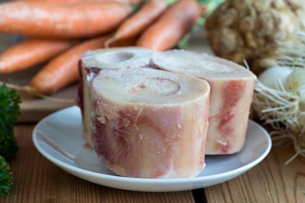 Zutaten für die Herstellung einer Rinderbrühe Knochen – Foto
