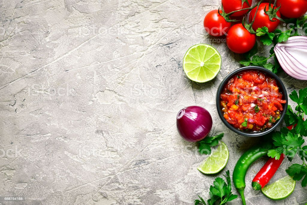 Ingrédients pour la fabrication de salsa de tomate (salsa roja) - traditionnelle sauce mexicaine - Photo