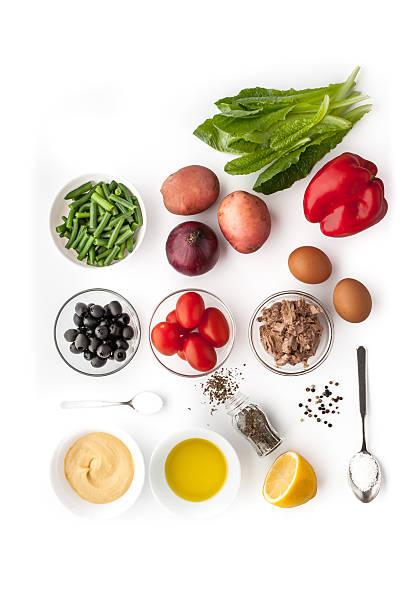 Ingredientes de ensalada Nicoise sobre el fondo blanco - foto de stock