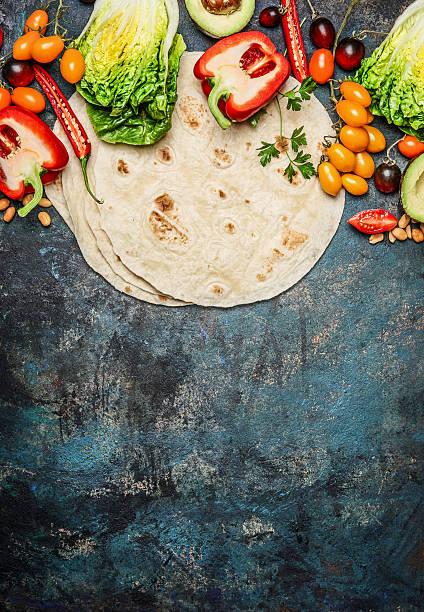 zutaten für tacos: viele frische bio-gemüse und tortillas - veggie wraps stock-fotos und bilder