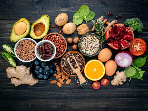 Zutaten für die gesunde Lebensmittelauswahl. Das Konzept der gesunden Ernährung auf Holzhintergrund eingerichtet. – Foto