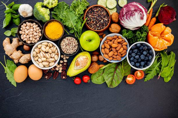 Zutaten für die gesunde Lebensmittelauswahl. Das Konzept der gesunden Ernährung auf dunklem Stein Hintergrund eingerichtet. – Foto