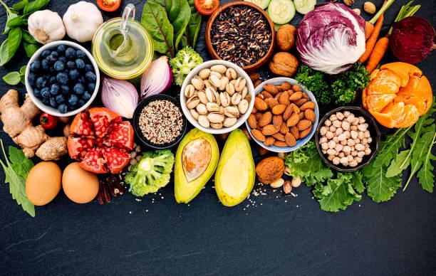 健康食品選擇的成分。健康食品的概念設置在暗石背景上。 - 健康飲食 個照片及圖片檔