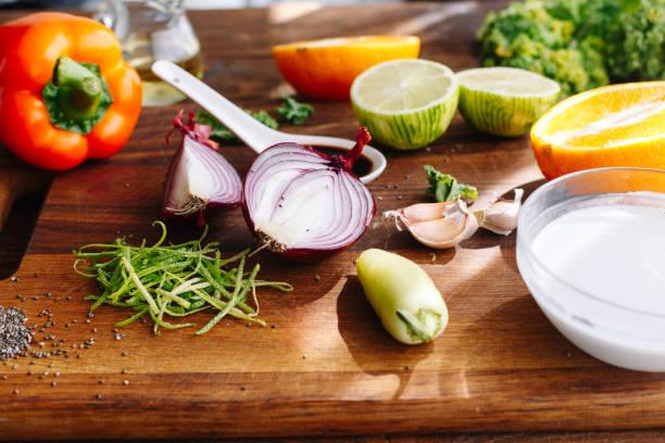 ingredienser i köket: peppar, lime, chia frön, vitlök, sojasås, isberg, greener, lök - cactus lime bildbanksfoton och bilder