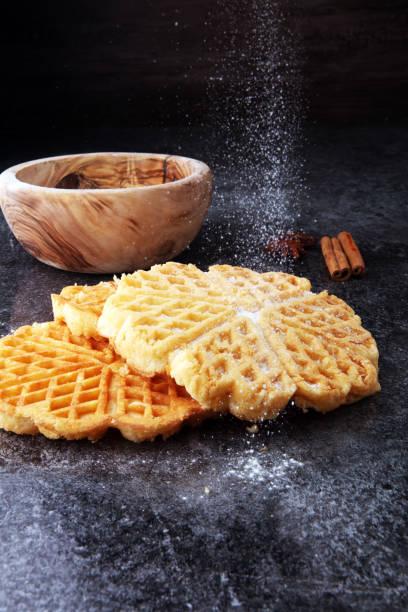 zutaten der saison herbst, kochen, backen. belgische waffeln, zimt und anis sterne - zimt waffeln stock-fotos und bilder