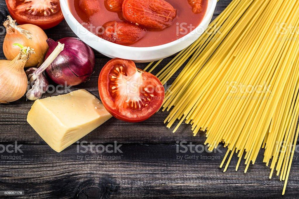 Ingredienti Di Spaghetti Alla Bolognese Disposte Sul Tavolo Di Legno