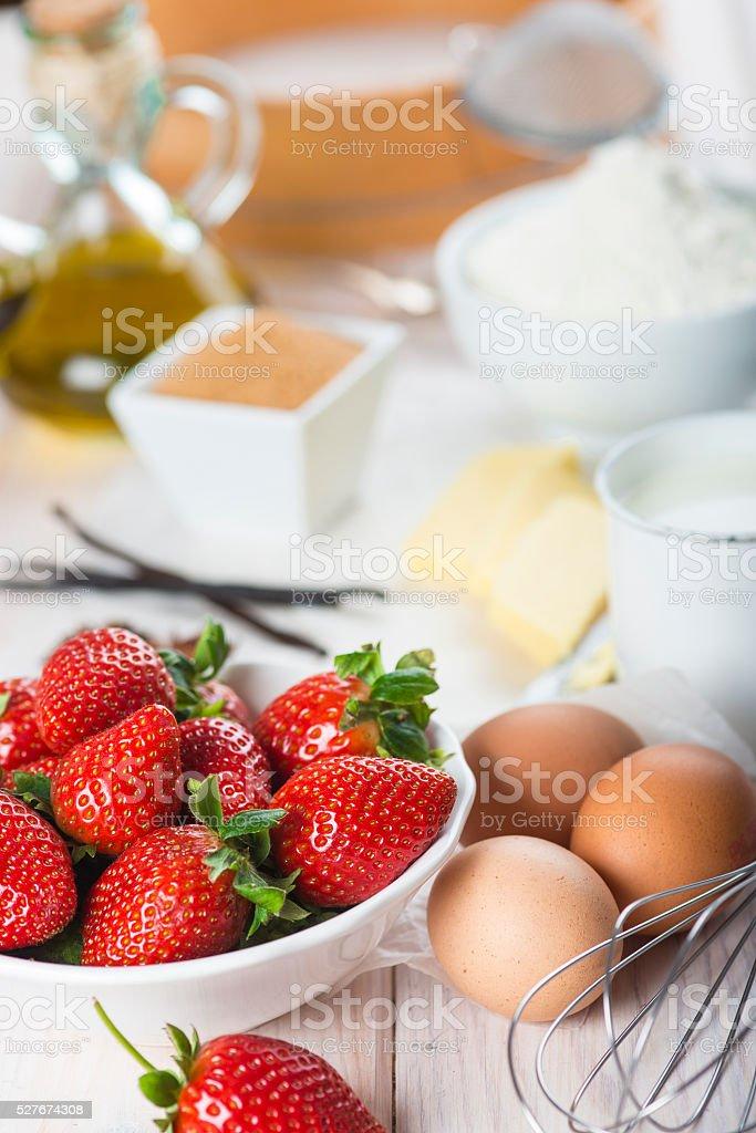 Ingredientes para preparar um bolo de morango - foto de acervo