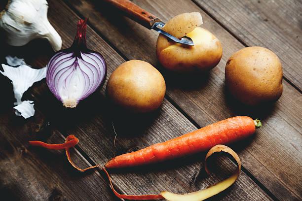 zutaten mit kartoffel-karotten und knoblauch zwiebel - knoblauchkartoffeln stock-fotos und bilder