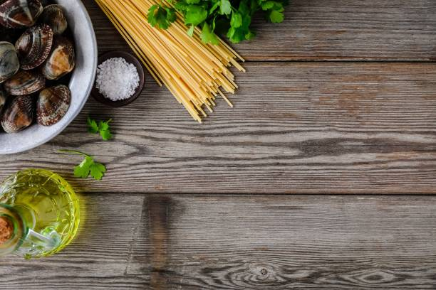 ingredienser med fisk och skaldjur musslor för spaghetti alle vongole pasta. - pasta vongole bildbanksfoton och bilder