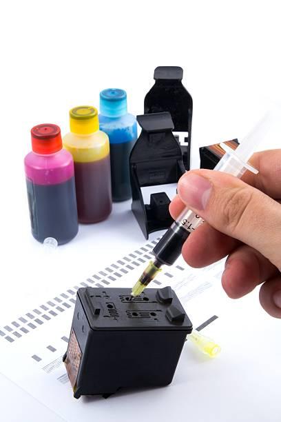 spritzen tinte duftpatrone.  set wassergläser inkjet für print. - munition nachfüllen stock-fotos und bilder