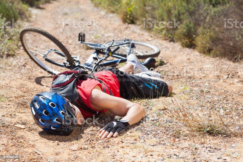 Cycliste blessé gisant sur le sol après un accident - Photo