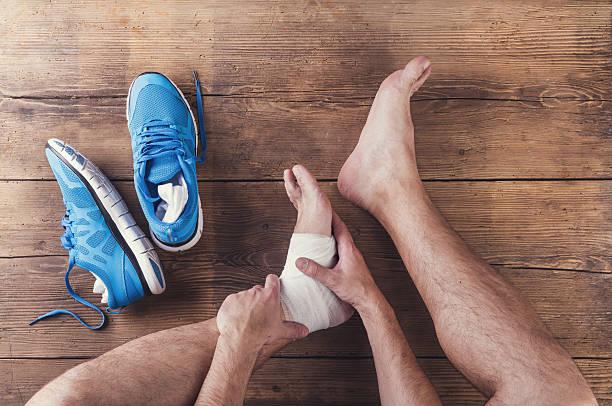 lesioni corridore - caviglia foto e immagini stock