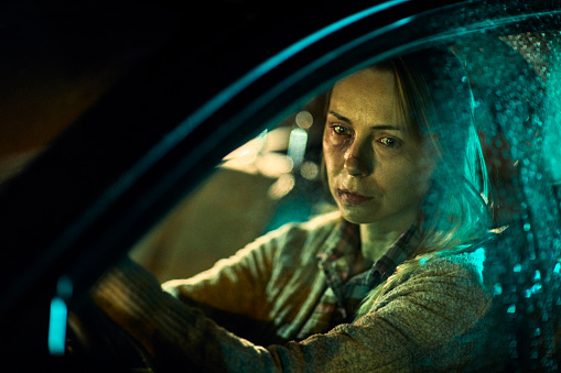 istock Injured woman driving a car 951389198