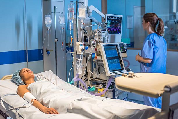 injured women in operating theatre - ventilator bed stockfoto's en -beelden