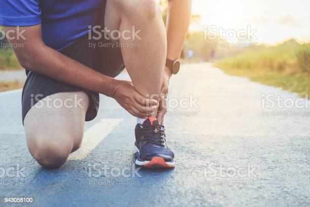 Verletzungen Durch Training Konzept Asiatischer Mann Gebrauch Hände Halten An Seinem Knöchel Beim Laufen Im Park Unterwegs Konzentrieren Sie Sich Auf Die Knöchel Stockfoto und mehr Bilder von Arthrosen