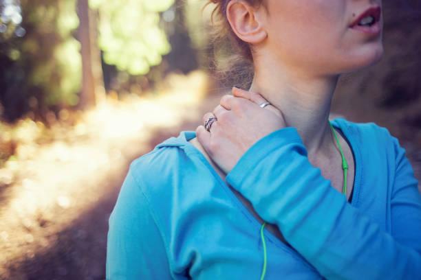 injury on the neck - hals übungen stock-fotos und bilder