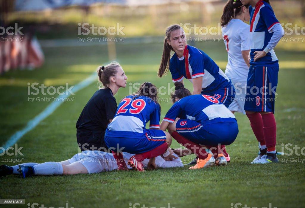 ¡Lesión en partido de fútbol de las mujeres! - foto de stock