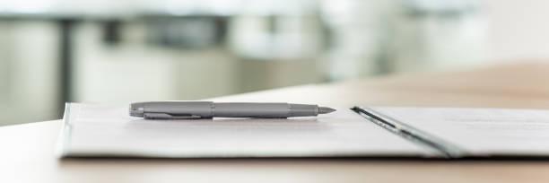 Tinte Stift liegt auf Vertrag – Foto