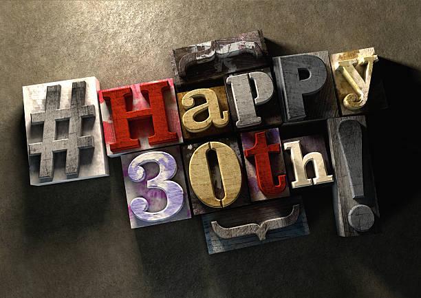 czarny pochlapany drewniane klocki z lekką nutą szczęśliwy 30. urodziny! - 30 te urodziny zdjęcia i obrazy z banku zdjęć