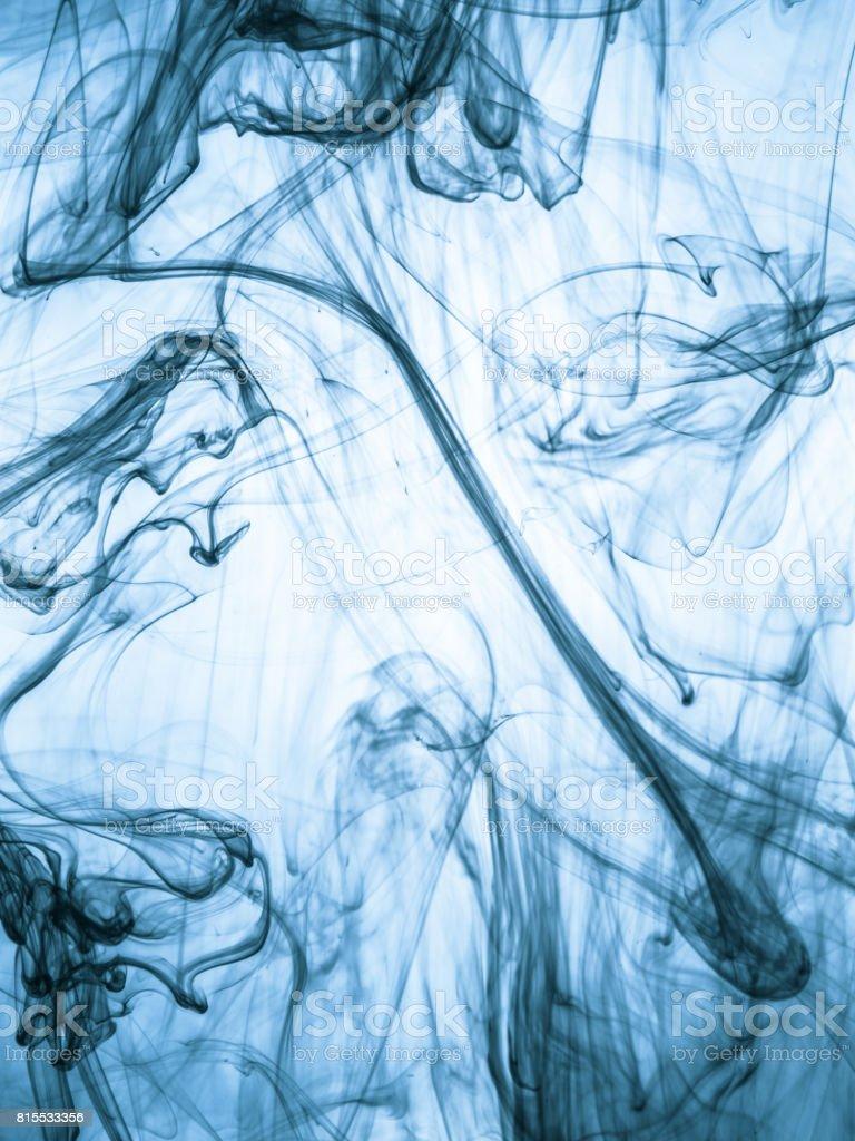 tintewirbel im wasser auf farbigem hintergrund die farbe spritzen im