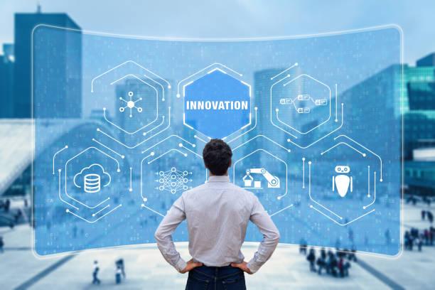 Innovationskonzept mit Forschern, die an neuen Technologien arbeiten, um innovative Produkte zu entwickeln. Digitale Disruption mit IoT, Roboterprozessautomatisierung, Big Data und künstlicher Intelligenz – Foto