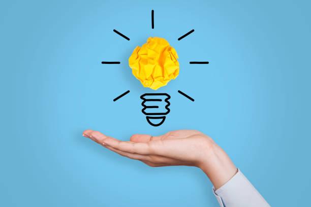 Innovationskonzepte mit Glühbirnen auf blauem Hintergrund – Foto