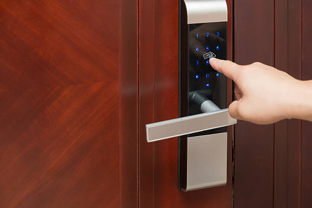 inputing passwords on an electronic door lock - foto de stock