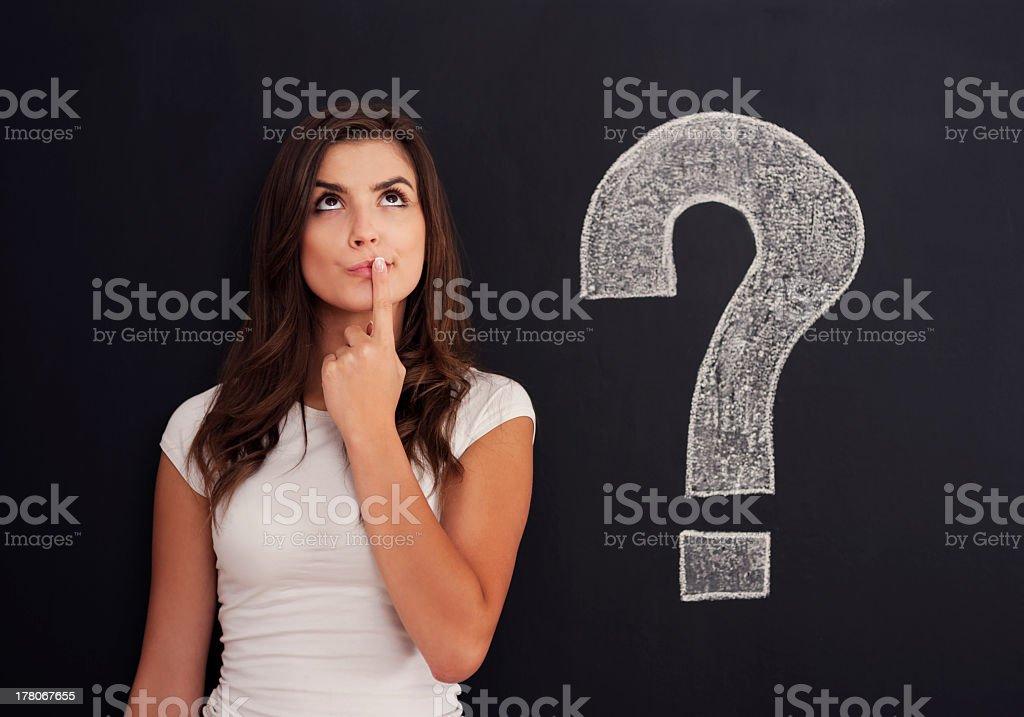 Frau mit Fragezeichen auf Tafel – Foto