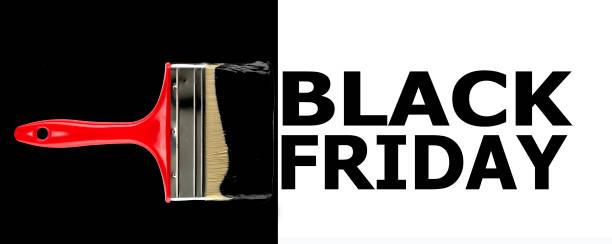 Inscripción Viernes Negro de letras negras sobre fondo blanco, pincel con un soporte rojo sobre un fondo negro. - foto de stock