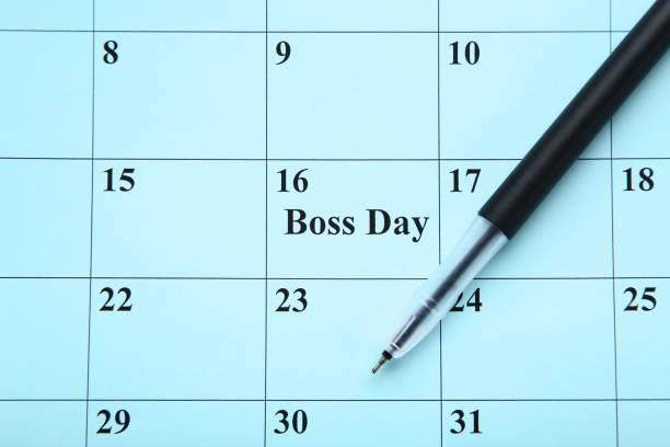 inscripción jefe día en calendario con pluma - boss's day fotografías e imágenes de stock