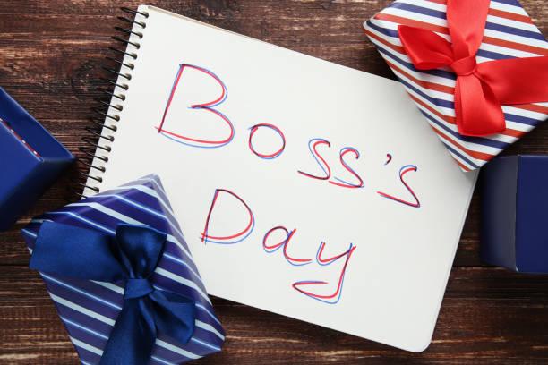 inscripción día de jefe en el cuaderno con cajas de regalo - boss's day fotografías e imágenes de stock