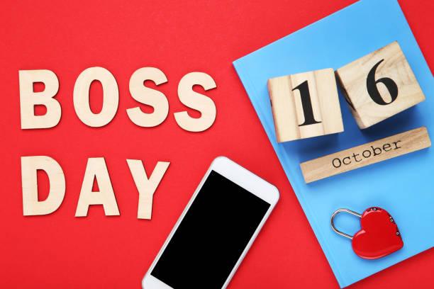 día del jefe de inscripción con smartphone y bloc de notas sobre fondo rojo - boss's day fotografías e imágenes de stock