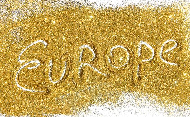 inscription europa auf golden glitter funkelt auf weißem hintergrund - geschichte europas stock-fotos und bilder