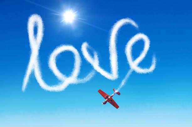 inschrift am himmel - liebe durch weißen rauch aus einem flugzeug verlassen. - schrift am himmel stock-fotos und bilder