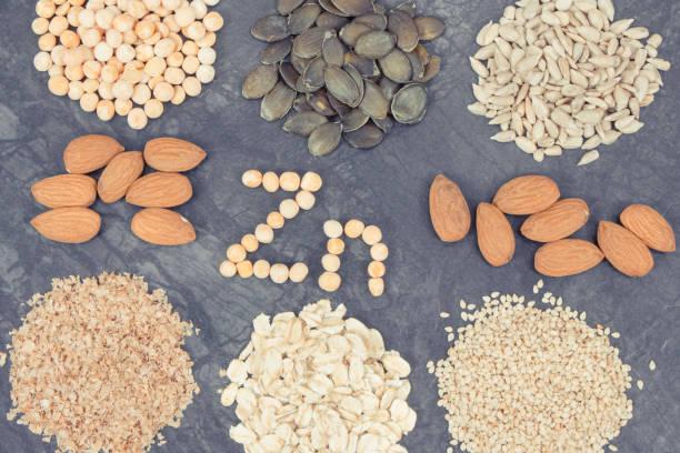 Inschrift Zn mit gesunder Ernährung mit Zink, Vitaminen, Mineralstoffen und Ballaststoffen – Foto