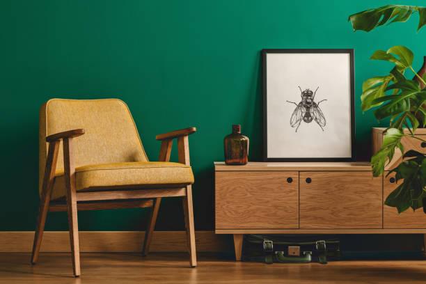 insekt-poster und gelbe sessel - sideboard skandinavisch stock-fotos und bilder