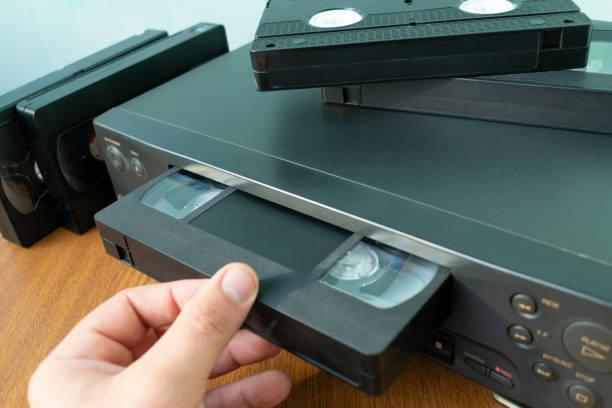 inserir uma fita em um gravador de fita - inserindo - fotografias e filmes do acervo