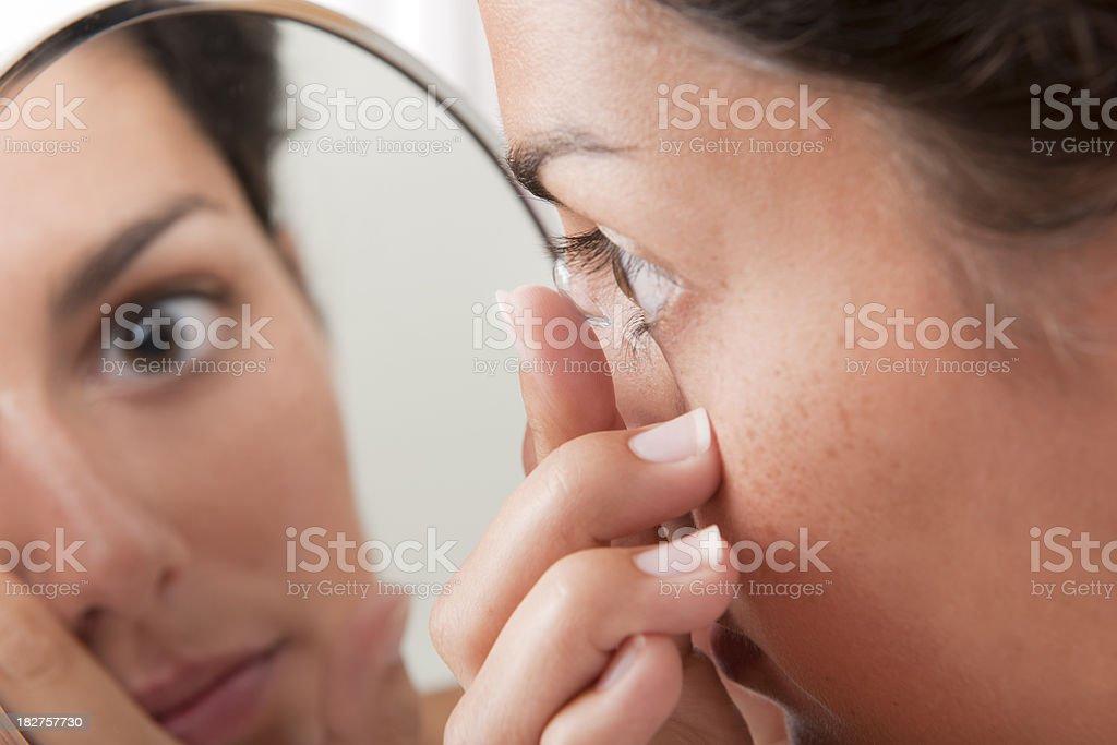 Hineinstecken eine Kontaktlinse in die Augen (XXXL – Foto